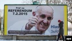 Билборд с портретом папы Франциска, призывающий избирателей поддержать традиционные семейные ценности, Братислава, 6 февраля 2015 года