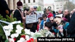 Depuneri de flori la un monument din fața Parlamentului de la Tbilisi, 9 aprilie 2016.