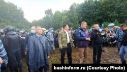 Радий Хәбиров Куштауны яклаучылар белән сөйләшә