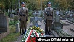 Почесна польська варта в День польського війська біля могили генерала армії УНР Марка Безручка. Варшава, 15 серпня 2017 року