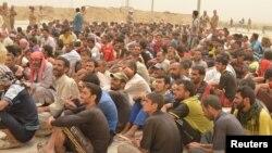 """Фаллужадан качып чыккан эркектерди Ирак армиясы """"Ислам мамлекети"""" тобуна тиешеси бар-жогун да текшерүүдө. 18-июнь, 2016-жыл."""