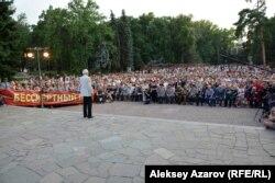 Сотни людей пришли послушать знаменитого актера театра и кино Василия Ланового на концерте в Алматы. 21 июня 2017 года.