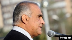 Armenia - Opposition leader Raffi Hovannisian addresses supporters in Yerevan's Liberty Square, 20Sep2013.