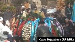 Похороны легендарного летчика Талгата Бегельдинова на Кенсайском кладбище. Алматы, 12 ноября 2014 года.
