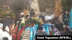 Талғат Бигелдиновті Кеңсай зиратын жерлеу кезі. Алматы, 12 қараша 2014 жыл.
