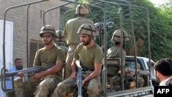 Soldaţi pakistanezi şi refugiaţi din Waziristan de Sud