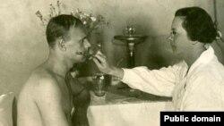 Осмотр призывника в советском военкомате, 1930-е годы