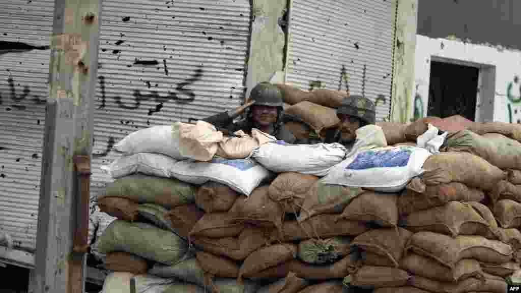 Хомс. Правительственные войска у КПП.