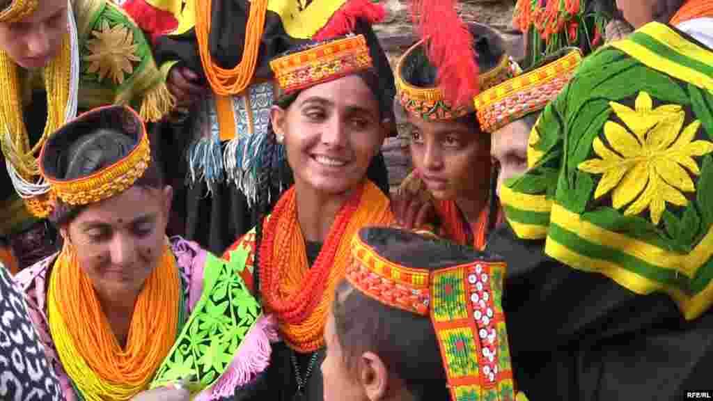 Калаши не похожи ни на одну другую этническую или религиозную группу Пакистана. Примерно 50 процентов представителей этой народности исповедуют религию, представляющую собой форму древнего индуизма, впитавшую старые языческие культы и анимизм. Их религиозные фестивали сопровождаются исполнением музыки, танцами. Они пьют алкогольный напиток, который готовят сами.  Калаши не осуждают побеги замужних женщин с другими мужчинами. Мальчики после достижения половой зрелости вольны выбрать себе в сексуальные партнерши любую женщину. Среди ритуалов калашей есть принесение в жертву десятков коз.