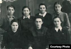 Віктар Тураў (першы ў другім шэрагу зьлева). Магілёў, 1952 г. З архіву А. Туравай