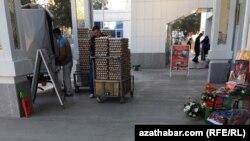 Из-за дороговизны и финансовых трудностей туркменистанцы предпочитают покупать продукты в государственных магазинах, где цены в несколько раз ниже, чем у частников.
