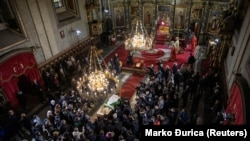 """Sicriul cu rămășițele pământești ale Patriarhului Irinej, în catedrala """"Arhanghelul Mihail"""" din Belgrad. 21 noiembrie 2020"""