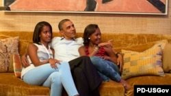 Барак Обама со своими дочерьми смотрит телетрансляцию выступления Мишель Обамы на национальном съезде Демократической партии США