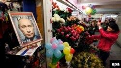 Украина -- Симферополерчу туьканахь зезагашна юкхахь хIоттийна ду Оьрсийчоьнан президентан Путин Владимиран портрет. Заз24, 2014