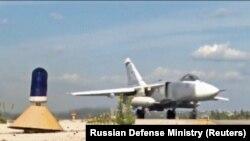 Российский самолет на авиабазе Хмеймим в Сирии. Провинция Латакия, 10 октября 2017 года.