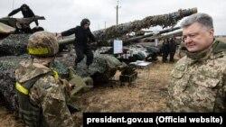 Presidenti ukrainas, Petro Poroshenko, derisa ka takuar disa ushtarë ukrainas në rajonin Luhansk, foto nga arkivi