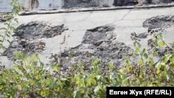 Стены батареи повреждены осколками снарядов и бомб