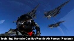 بمبافکن «بی-۱» هواپیمای مافوقصوت و یکی از سه هواپیمای راهبردیست که در نیروی هوایی ایالات متحده به خدمت گرفته شده؛ در تصویر جنگندههای اف۱۵ در حال تمرین مشترک با نیروهای آمریکایی