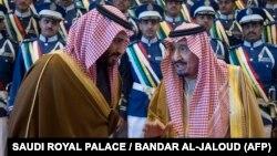 Король Саудовской Аравии Салман (справа) беседует с наследным принцем Мухаммадом бен Салманом