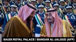 Король Саудовской Аравии Салман (справа) беседует с наследным принцем Мухаммадом бен Салманом.