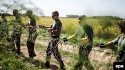 Угорські військові встановлюють тимчасову загорожу на кордоні з Хорватією, 18 вересня 2015 року