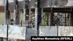 Сгоревшее в ходе событий декабря 2011 года здание магазина. Жанаозен, 1 мая 2012 года.