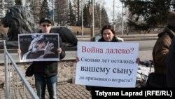 Один из антивоенных пикетов в Красноярске (апрель 2015 года)