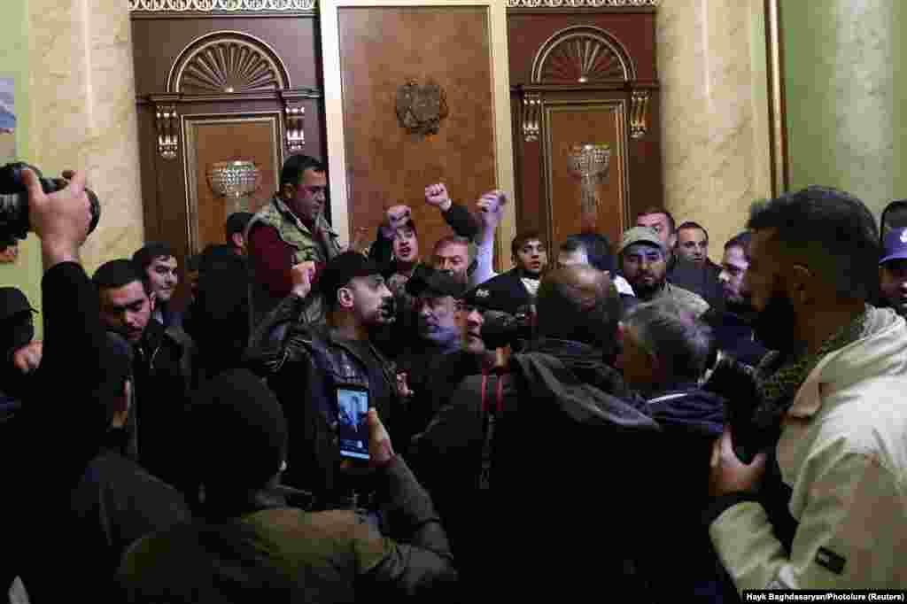 """Oamenii s-au adunat furioși la intrarea în sediul guvernamental din Erevan. Ministerul Apărării din Armenia a publicat o declarație cu privire la conflictul din Nagorno-Karabah, spunând că """"a sosit timpul să oprim vărsarea de sânge""""."""