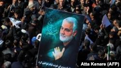 Слика со ликот на Касем Солејмани на погребните церемонии во минатата година во Иран.