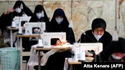 """Иранские женщины из полувоенных отрядов """"басиджи"""" шьют защитные маски"""