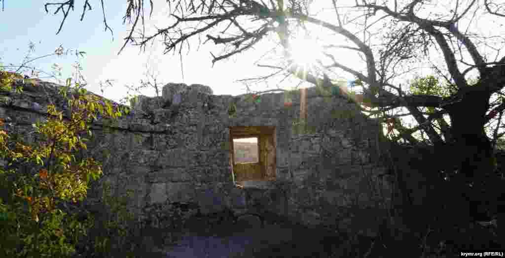 После Ханского дворца пещерный город-крепость Чуфут-Кале, пожалуй, наиболее популярный среди туристов исторический объект в Бахчисарае и его округе. Группы приезжих курортников, в основном из соседней России, можно увидеть и сейчас, в разгар «мертвого» сезона