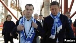 """Президент России Дмитрий Медведев и глава """"Газпрома"""" Алексей Миллер в зенитовских шарфах"""