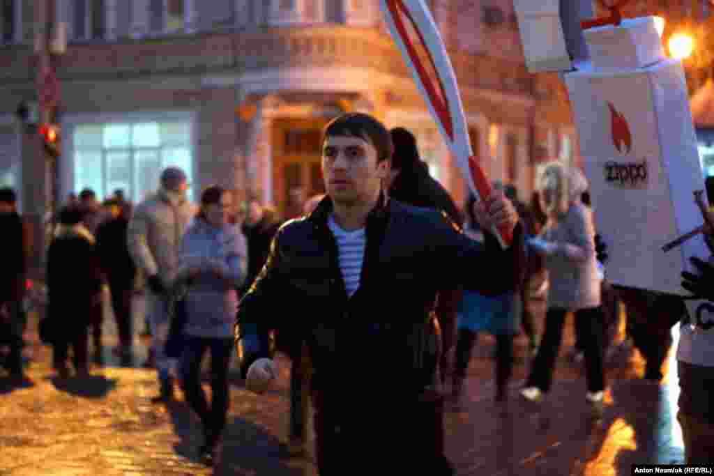 """Сарытауда кәгазьдән ясалган """"Олимпия уты"""" белән протест белдерү"""