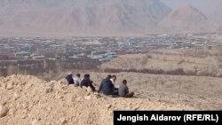 Кыргыз-тажик чек арасында чогулган жарандар.