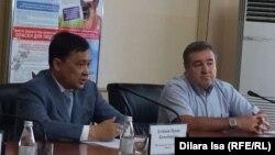 Мұқан Егізбаев (сол жақта), Оңтүстік Қазақстан облыстық денсаулық сақтау басқармасының бастығы. Шымкент, 14 шілде 2017 жыл.