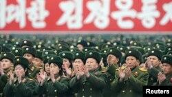 نیروهای ارتش کره شمالی در این تصویر در مراسمی در سال ۲۰۱۲ دیده میشوند؛ رزمایشهای آمریکا و کره جنوبی و یا آمریکا و ژاپن، تقریبا همیشه با حملات لفظی کره شمالی روبهرو میشود.