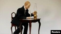 """Музыкальный автомат """"Путин, подписывающий присоединение Крыма к РФ"""" Французского художника Кристиана Байли"""