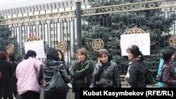 Камактагылардын жакындарынын Ак үй алдындагы нааразылык акциясы, 27-март 2011-жыл