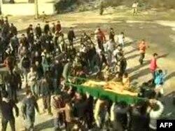 Sahrana žene koja je navodno ubijena u anti-vladinim protestima u području al-Hula u centralnoj sirijskoj provinciji Homs, 12. decembar 2011.