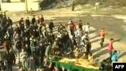 تشییع جنازه زنی که در رویدادهای اخیر در استان حمص سوریه کشته شدهاست. ۱۲ دسامبر ۲۰۱۱.