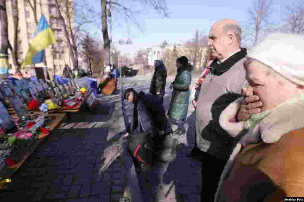 Люди приносять квіти до пам'ятника Героям Небесної сотні в Києві. Сьогодні минає два роки від початкукривавих боїв у центрі Києва. Фото: 18 лютого 2016 року