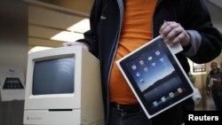 Čovjek pokazuje svoj stari Apple Macintosh Classic kompjuter iz 1990 i iPad koji je u Hamburgu kupio među prvima, maj 2010.