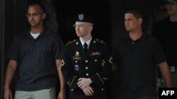 Брэдли Мэннинга выводят из здания, где заседает трибунал