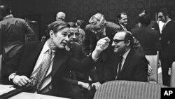 Джордж Герберт Уокер Буш (слева), постоянный представитель США при ООН, 5 декабря 1971 года