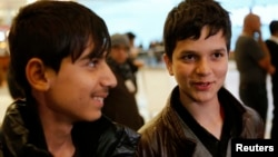 Фавад Мухаммади (солдо) менен Жаванмард Паиз Лос-Анжелестеги аэропортто, 20-февраль, 2013