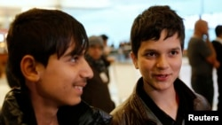 14-летние актеры Фавад Мохаммади (слева) и Джаванмард Пайз дают интервью в Лос-Анджелесском аэропорту. США, 20 февраля 2013 года.
