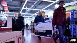 Рубль құнсызданған кезде дүкеннен теледидар сатып алған адамдар. Мәскеу, 15 желтоқсан 2014 жыл. (Көрнекі сурет)