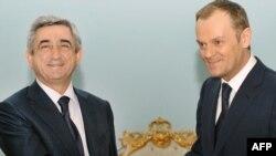 Армения - Встреча президента Армении Сержа Саргсяна с премьер-министром Польши Дональдом Туском (справа), Ереван, 12 марта 2010 г.