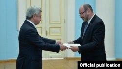 Armenia - Israeli Ambassador Eliyahu Yerushalmi (R) hands his credentials to President Serzh Sarkisian, Yerevan, 23Mar2017.