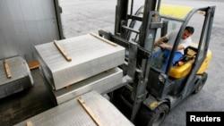 Погрузка готового профиля на алюминиевом заводе.